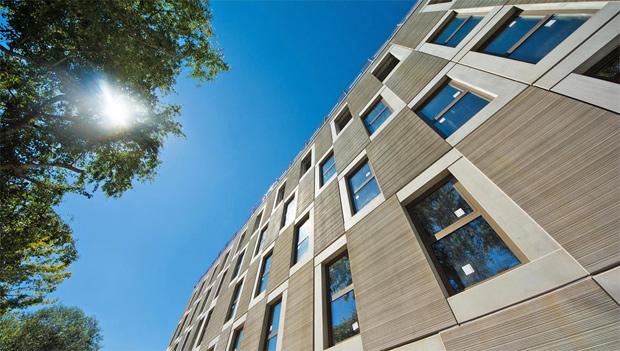 Fassade mit den Fertigelementen der modularen Bauweise; Foto: Hans Martin Fleischer